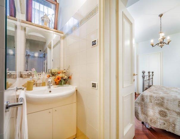 scorcio-bagno-camera-assisi-appartamento